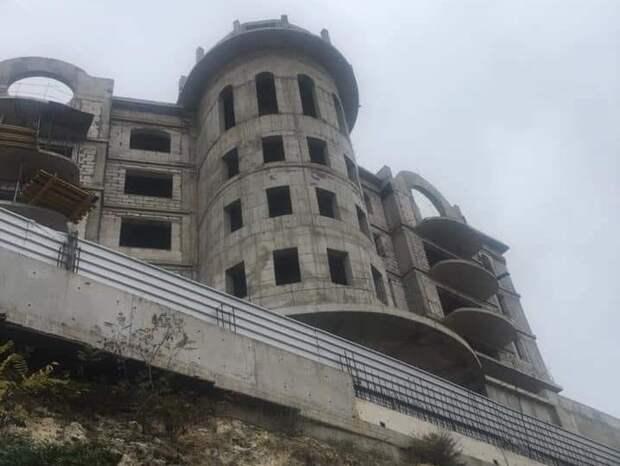 Жилое подобие Ласточкиного гнезда в Севастополе пугает горожан