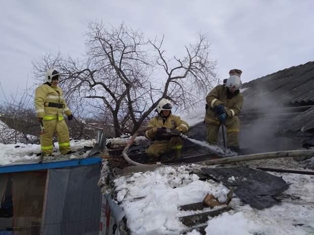 В Кировском районе потушили крышу жилого дома