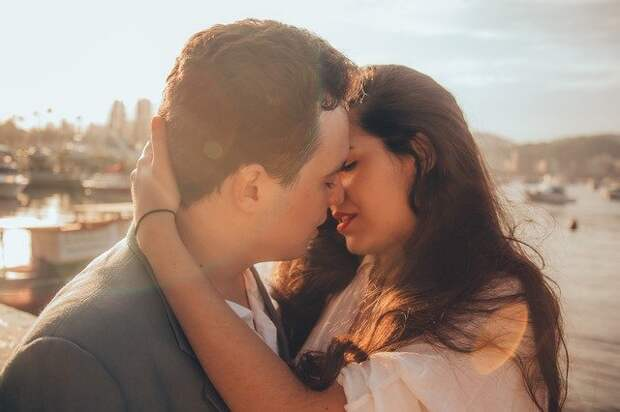 пара обнимается и целуется на улице