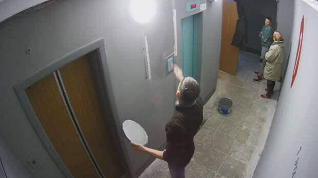 Мужчина собственными руками отремонтировал подъезд родного дома