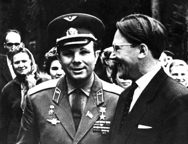 Алексей Вениаминович Костин, внук К. Э. Циолковского, и Юрий Алексеевич Гагарин.