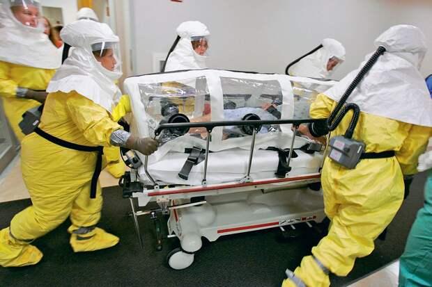 Тренировка. Актера, изображающего пациента  больного оспой, перемещают в бокс