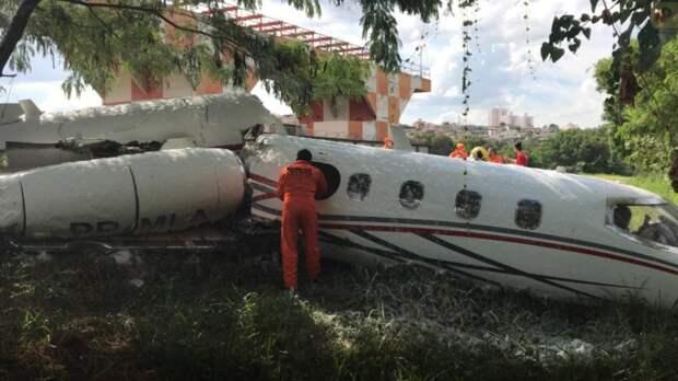 В Бразилии самолет врезался в дерево при посадке, погиб пилот
