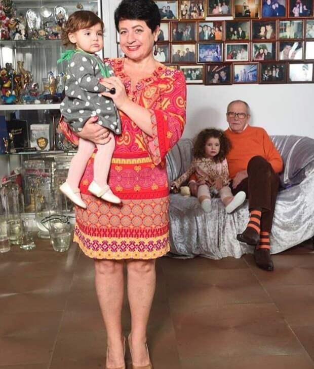 Фото 81-летнего Эммануила Виторгана с детьми вызвало споры среди поклонников
