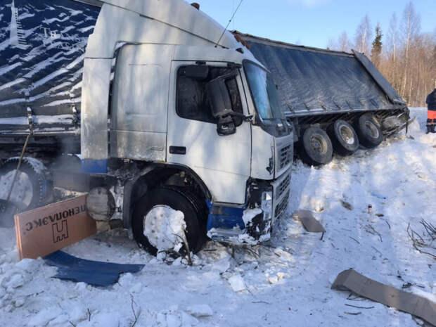 В МЧС рассказали о судьбе водителя, чей грузовик съехал в кювет