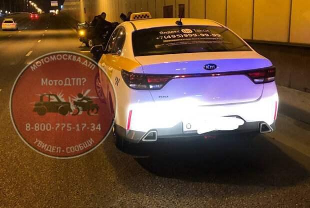 Таксист снес мотоциклиста в тоннеле на Ленинградке