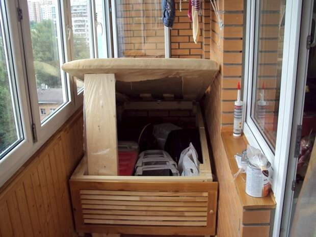 Откидные кровати и маленькие диванчики - спасение для лоджии, на которой можно и поспать и компактно хранить вещи Фабрика идей, балкон, дизайн, идеи, маленький, экономия пространства