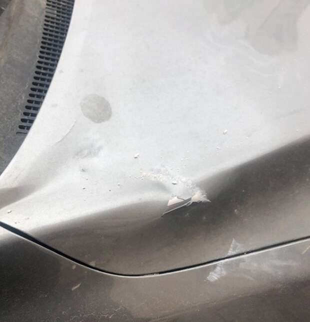 История, которая может случиться с каждым. Мне на машину упал кирпич и повредил капот.