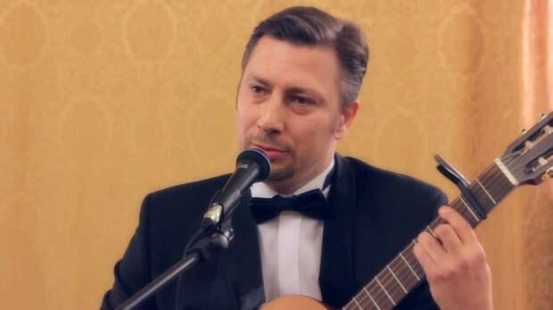 Гитарист и певец Иван Грёз. Фото: фрагмент видеозаписи.