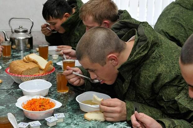 В сильные морозы военнослужащих Сибири будут кормить салом, чесноком и карамельками