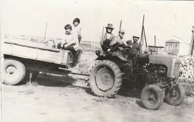 9. Трактор – незаменимый друг советскому человеку на селе. На нем и в поле можно, и с друзьями до магазина. СССР, авто, автомобили, олдтаймер, ретро авто, ретро техника, ретро фото, советские автомобили