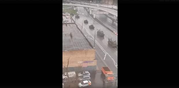 Колонна боевой техники проследовала по улице Нижние Мневники