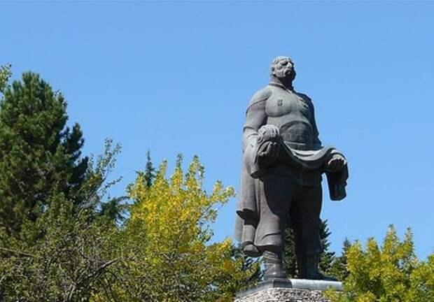 Монумент *Отец солдата* – памятник Георгию Махарашвили | Фото:  yap-helper.ru