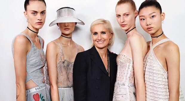 Мария в окружении моделей.
