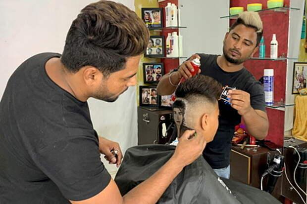 Индийские парикмахеры выстригли из волос Майкла Джексона и прославились
