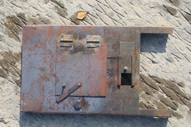 Складная печь-буржуйка в разобранном виде. Передняя дверца