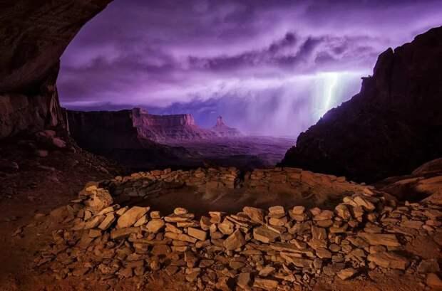 Фото Марк Сейгал. «Молнии в Ложной киве». Место: Ложная Кива в национальном парке Каньонлендс, штат Юта, США