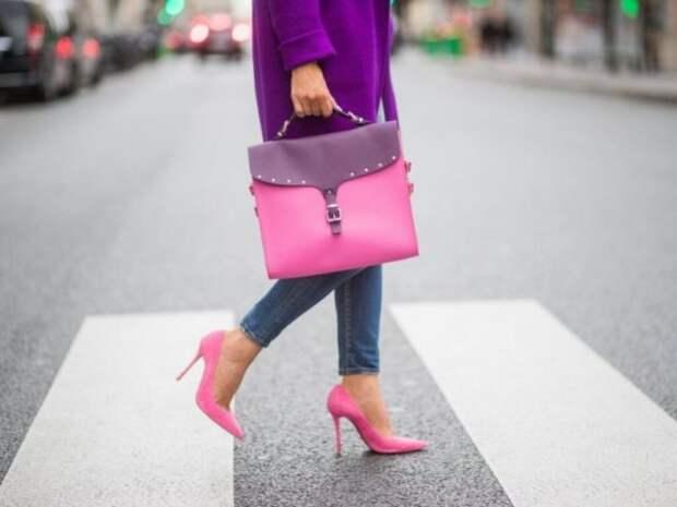 девушка в розовых туфлях на шпильке и с сумкой в руке