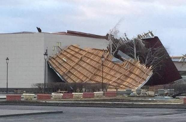 В Полтавском районе с Дворца Культуры сорвало крышу.