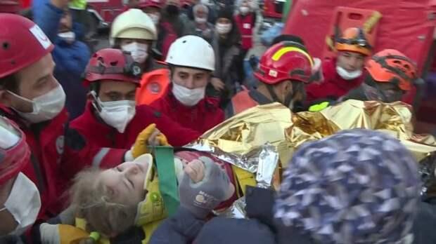 спасатели с трехлетней девочкой в измире