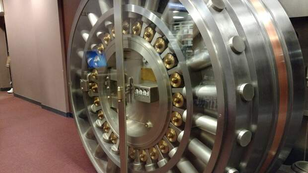 Воры вынесли 2 млн рублей из саратовского банка через дыру в стене