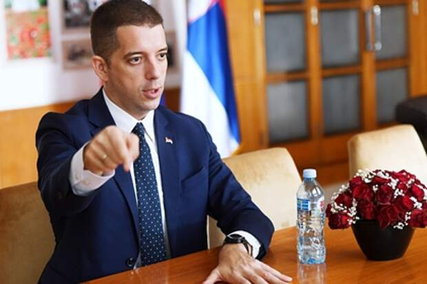 Сербский чиновник возмутился постом Захаровой о стульях в Белом доме