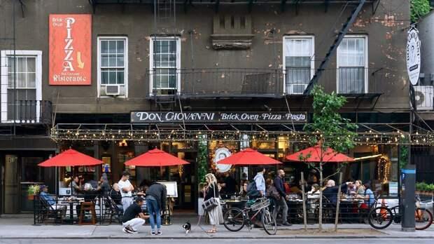 В заведения Нью-Йорка будут пускать только по COVID-пропуску. Чем это поможет и чего опасаются рестораторы?