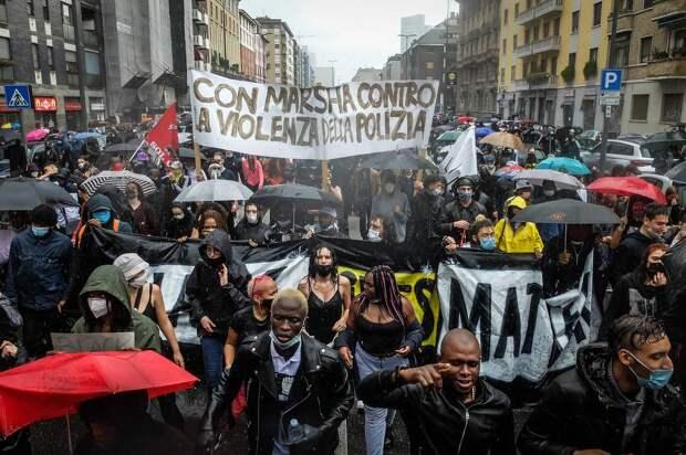 Протестующие во время демонстрации памяти Джорджа Флойда в Милане, июнь 2020 года EPA-EFE/MATTEO CORNER