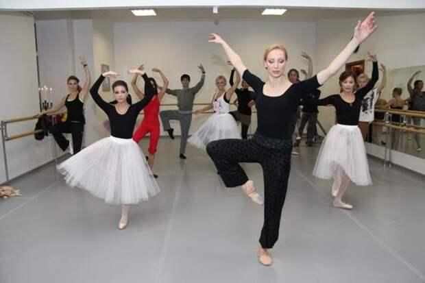 Танец маленьких лебедей с социальной дистанцией