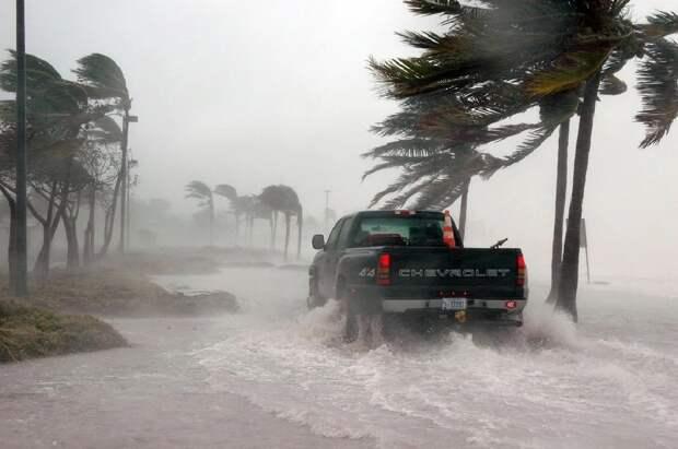 Река Миссисипи потекла обратно из-за урагана в Америке
