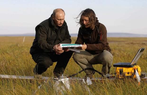 Владимир Путин беседует с членом Российско-Германской экспедиции «Лена-2010» на острове Самойловский в Дальневосточном регионе, 23 августа 2010 года. В понедельник Путин побывал за полярным кругом и наблюдал доказательства изменений в климате после рекордно высокой температуры летом 2010 года.