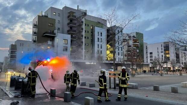 При столкновениях с полицией во французском Лионе сожгли 6 автомобилей
