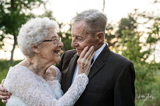 В США супруги отметили 60-летие брака романтической фотосессией