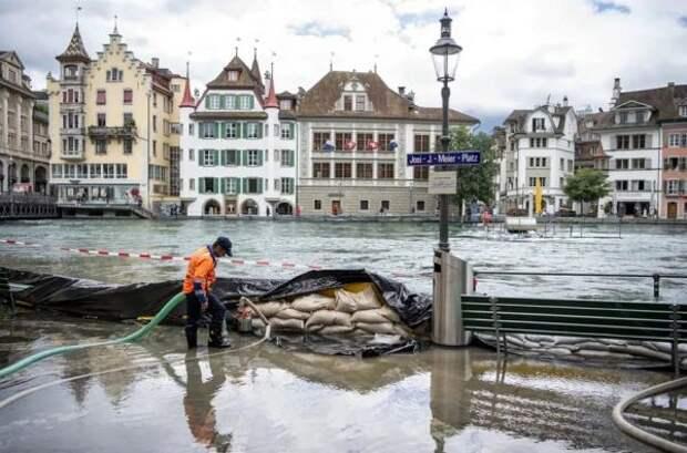 Вцентральной части Швейцарии сильным ливнем затоплены улицы издания