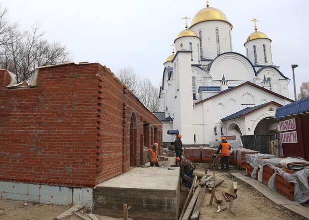 Возобновлено строительство приходского дома на территории храма Торжества Православия