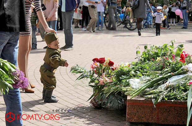 Феодосия 9 мая Цветы героям от подрастающего поколения.