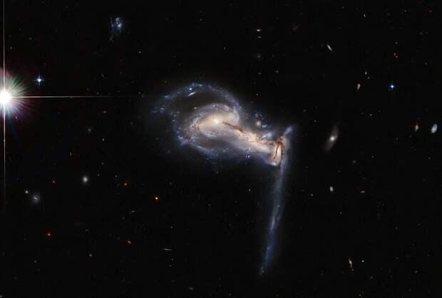«Хаббл» показал трио взаимодействующих галактик
