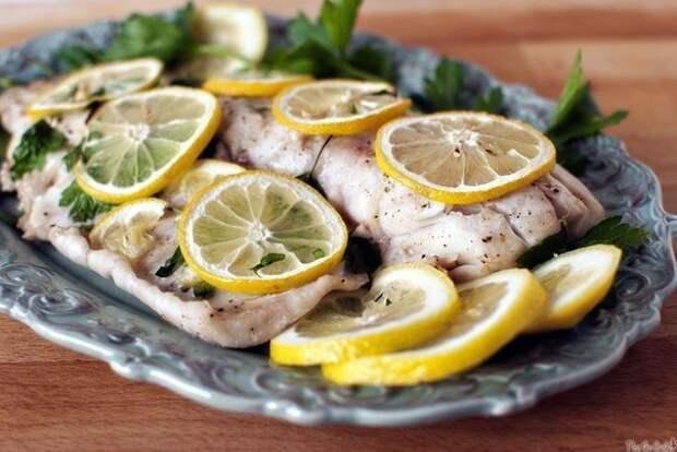 Рыба, запеченная с лимоном и петрушкой
