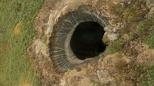 Одна из воронок, образовавшаяся в результате выброса метана из почвы. Фото Twitter.