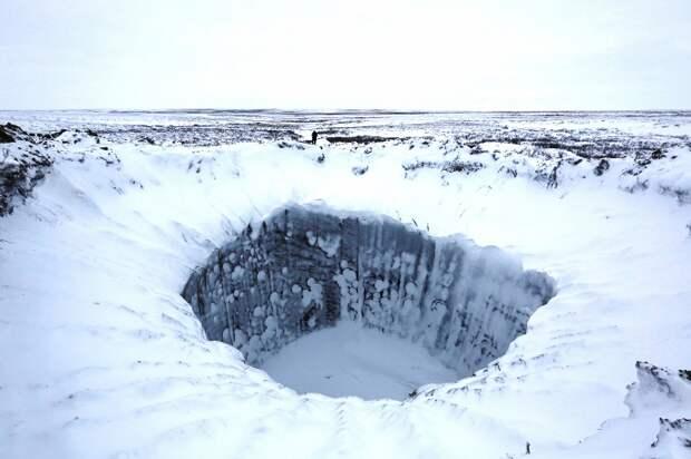 Российские ученые впервые спустились на дно гигантской воронки на Ямале