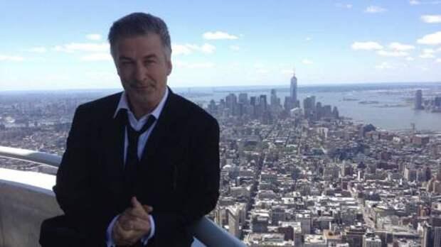 Сломанная жизнь: Алек Болдуин впервые прокомментировал ситуацию о непреднамеренном убийстве оператора