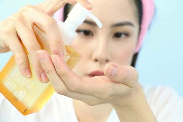 Очищать лицо нужно в несколько этапов. / Фото: Cosmetic-korean.ru
