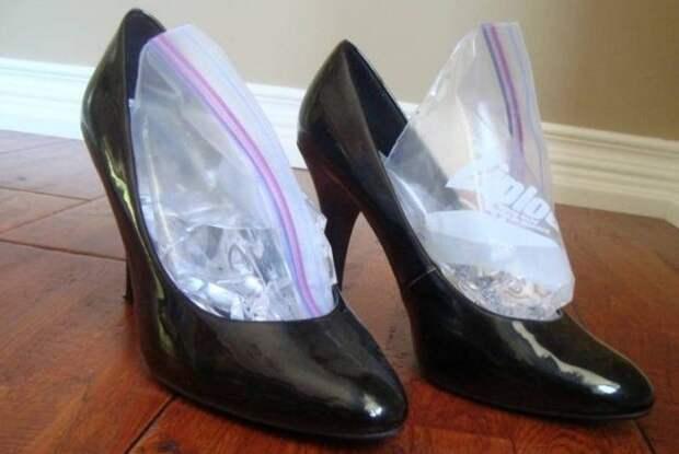 Поместите в обувь пакеты с водой и поставьте пару в морозилку / Фото: i.pinimg.com