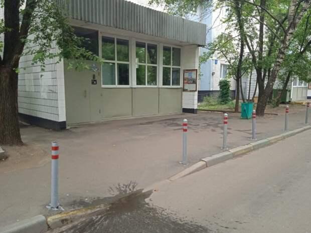 Антипарковочные столбики перекрасили возле дома на Донецкой