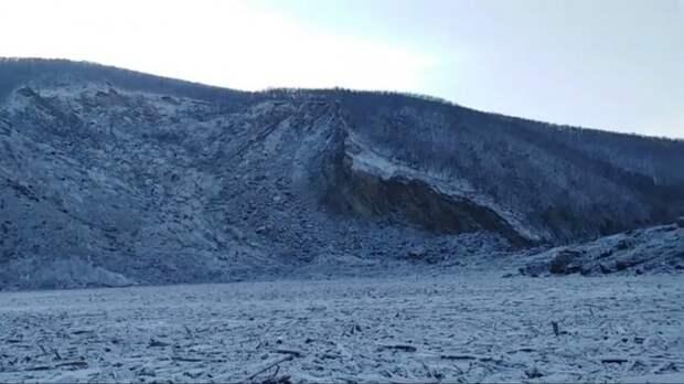 Гигантский метеорит сорвал верхушку горы и перекрыл реку
