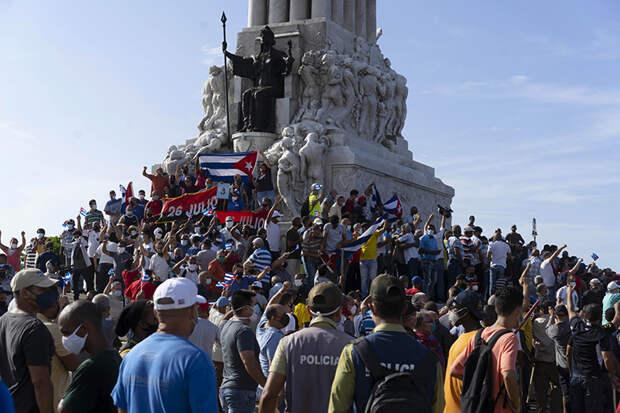 На Кубе введено чрезвычайное положение на фоне массовых протестов. На фото: сторонники правительства собрались у памятника Максимо Гомесу в Гаване, Куба.