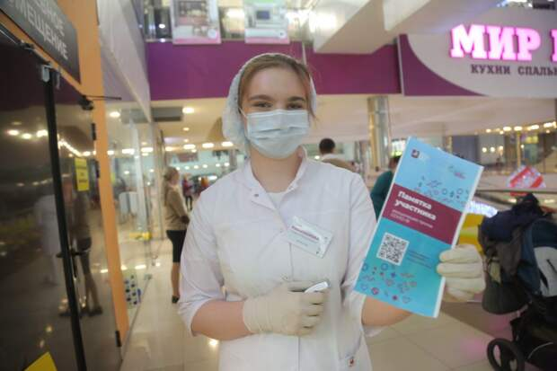 Медсестра приглашает на вакцинацию в торговом центре / Фото: Артур Новосильцев