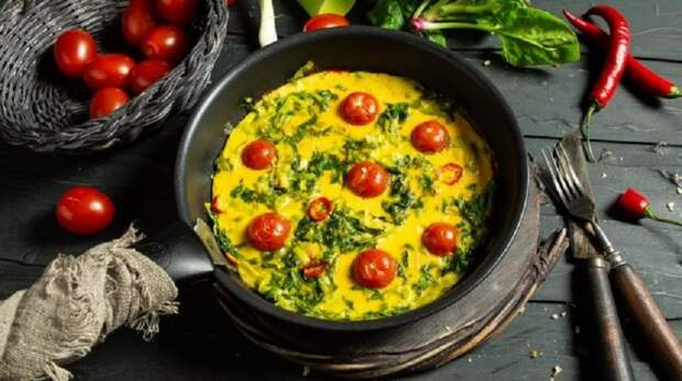 Вкусный омлет со шпинатом и помидорами: идея для завтрака