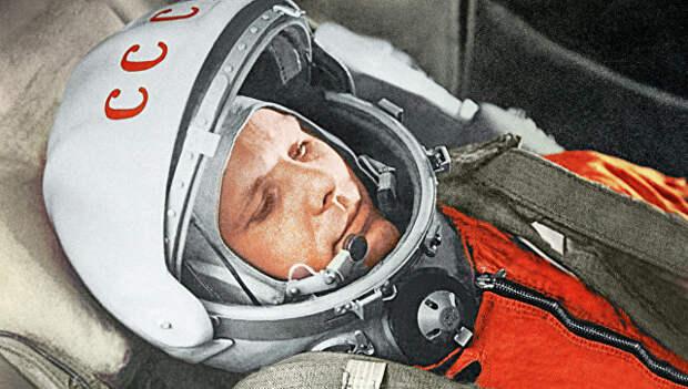 """Летчик-космонавт Юрий Гагарин в кабине космического корабля """"Восток"""". 12 апреля 1961 года"""