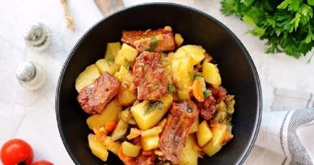 Копченые ребра, тушеные с картошкой: сытный семейный обед